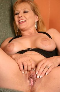 Ami's a mature and curvy US amateur porn queen renowned for her  squirting orgasms.