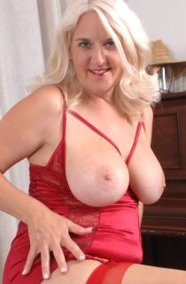 Anna is a hot amateur GILF / MILF with perfect DD tits. Dont miss this self confessed swinger and exhibitionist
