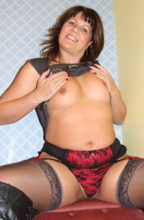 Sandy is a curvy sassy MILF with a naughty bisexual streak. Always ready to tease in exquisite lingerie and fully fashioned nylons.