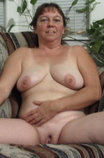 Dee is a 44 year old amateur milf online for the very first time