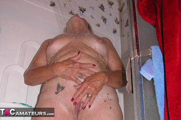 Adonna (USA) sous la douche