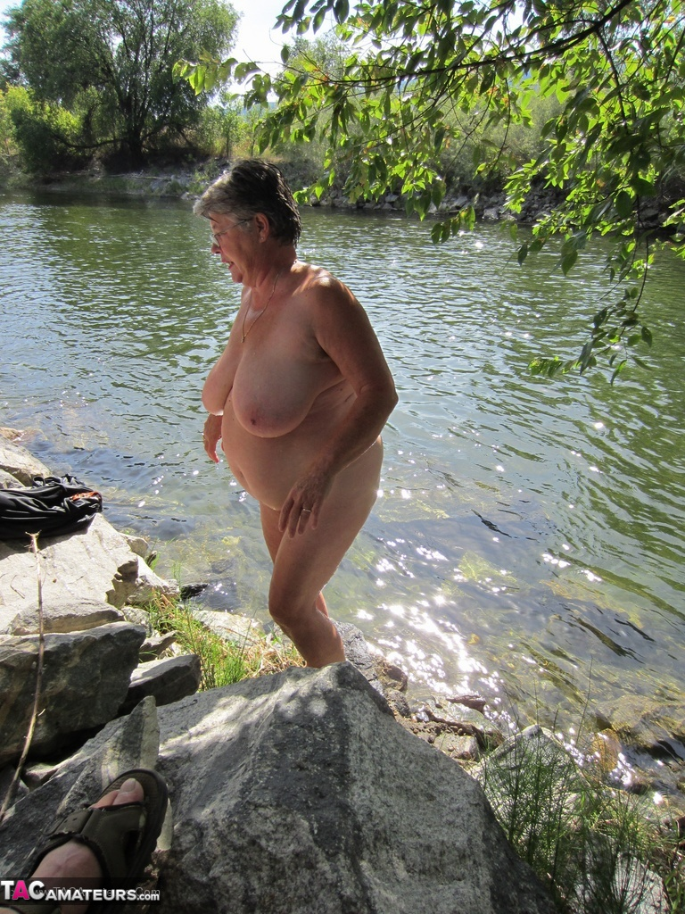 naked mature female swimmers