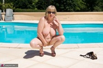 SpeedyBee. Posing By The Pool Free Pic 11