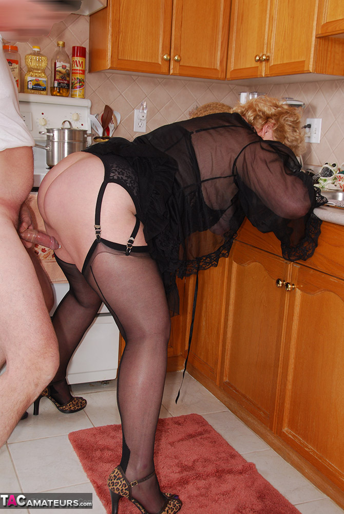 Showing Porn Images For Mature Fanny Frolics Porn  Www -3695