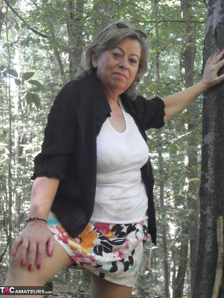 Mature lady  outdoors  masturbation