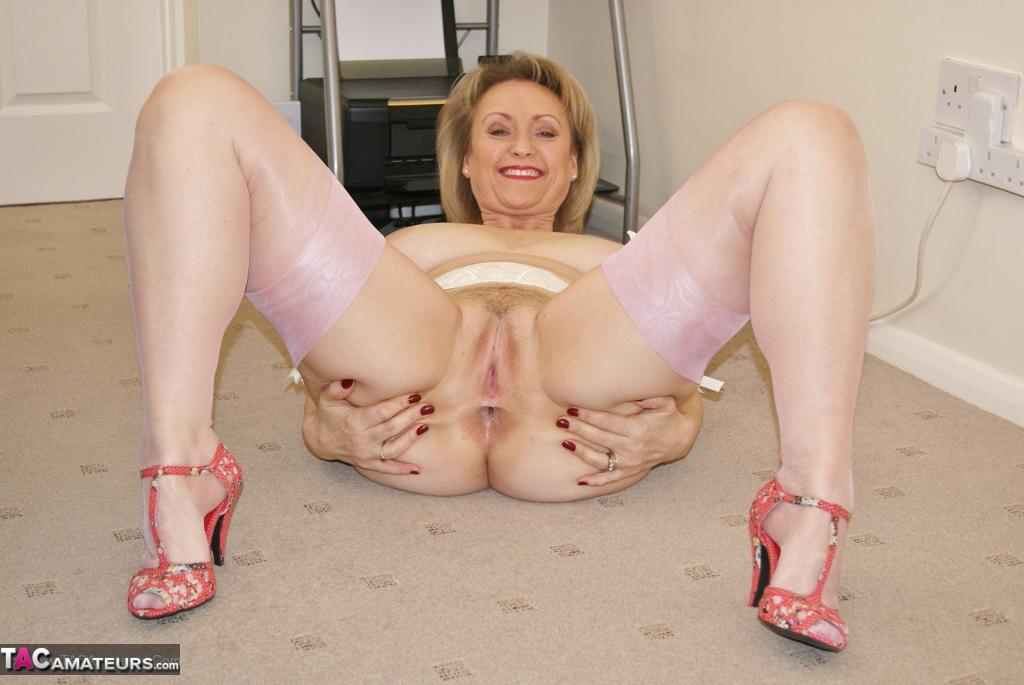 image Uk milf ellen lets her fingers graze her swollen labia