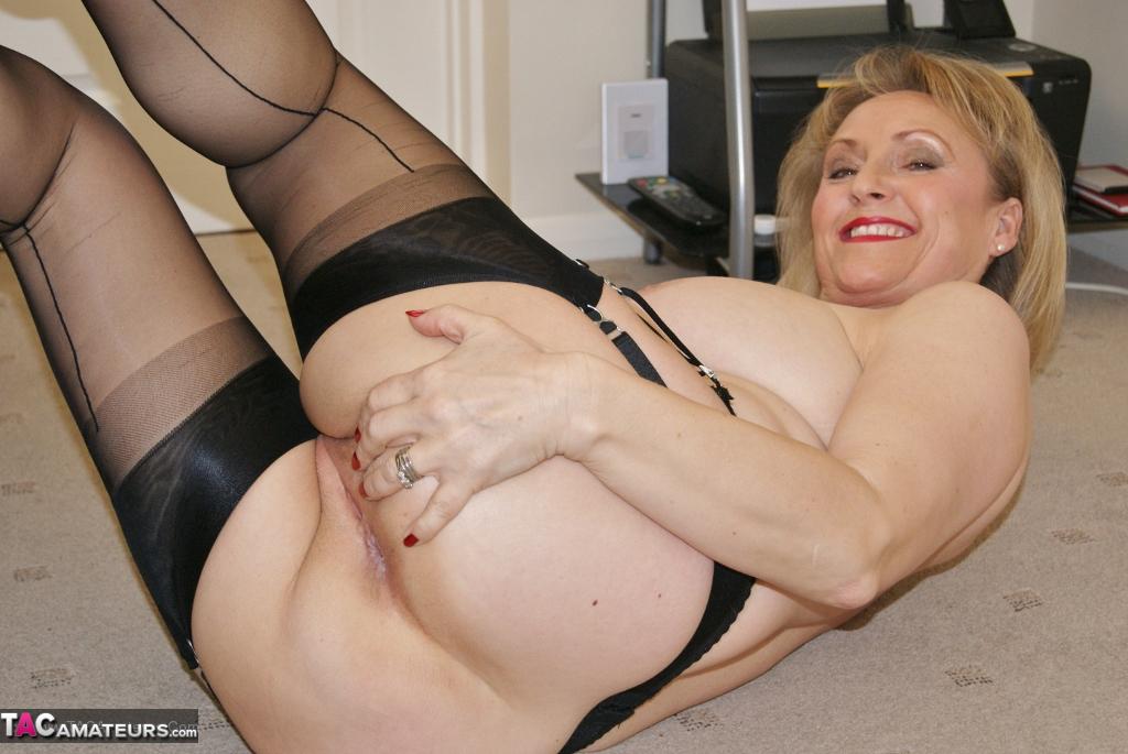 Lesbian milf seduces young girl