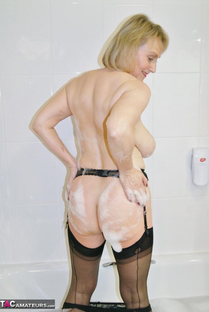 Michelle (England) dans la baignoire