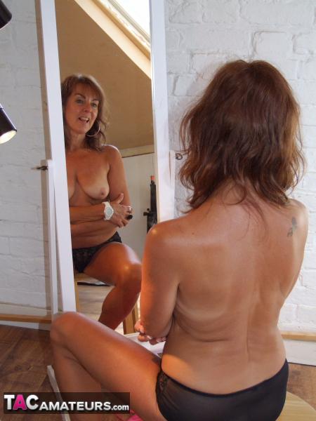 Monika schimbi stripping in the mirror