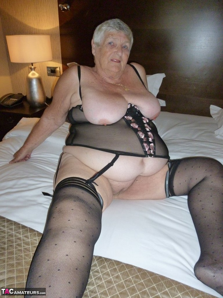 White Hot Mature Pussy In A Hotel