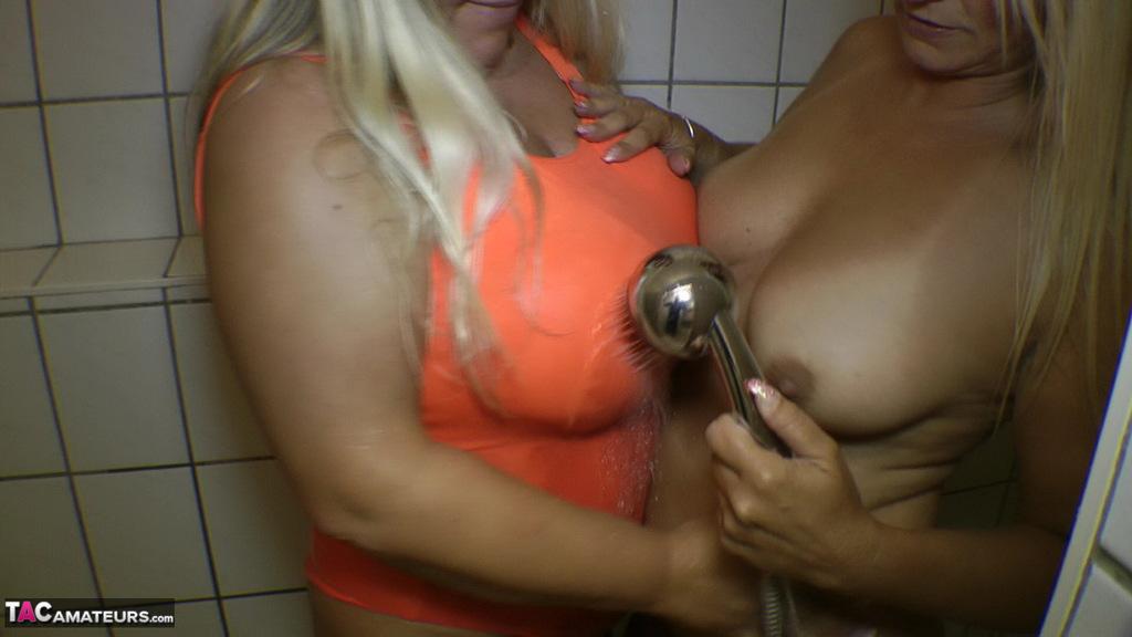 Susi (Allemagne) douche avec une copine