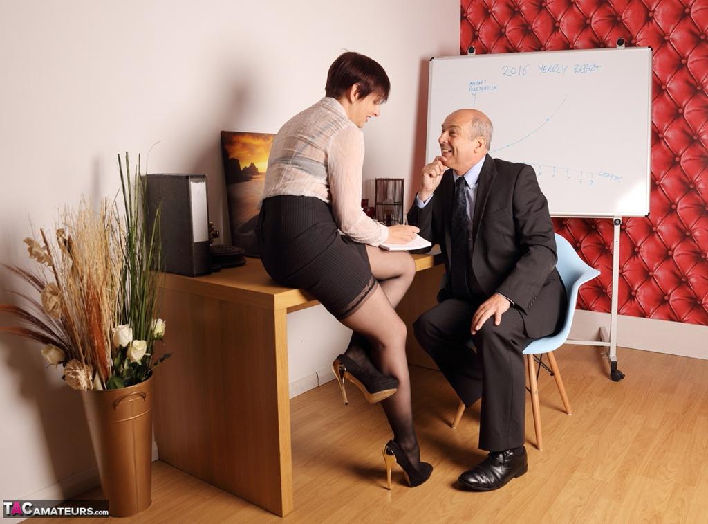 Как трахаю секретарши дают шефу задрала