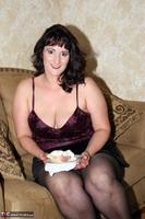 Reba. Let Em Eat Cake Or Me Free Pic 1
