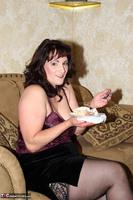 Reba. Let Em Eat Cake Or Me Free Pic 3