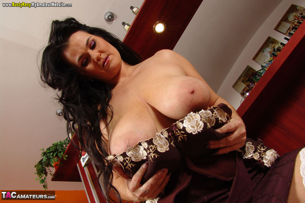 mature brune gros nibards