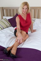Molly MILF. Molly On The Bed Free Pic 1