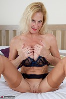 Molly MILF. Molly On The Bed Free Pic 2