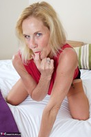 Molly MILF. Molly On The Bed Free Pic 7