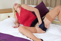 Molly MILF. Molly On The Bed Free Pic 10