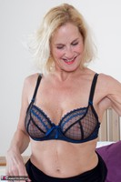 Molly MILF. Molly On The Bed Free Pic 12