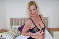 Molly MILF. Molly On The Bed Free Pic 14
