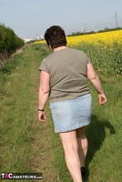 Kinky Carol. Outsiude In The Oil Seed Rape Pt1 Free Pic 2