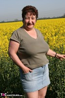 Kinky Carol. Outsiude In The Oil Seed Rape Pt1 Free Pic 5