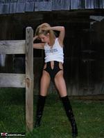 Kiss Alissa. Harmony Barn Free Pic 2