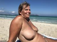 Sweet Susi. The Beach Free Pic 1
