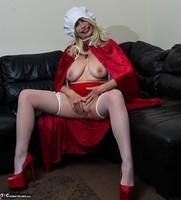 Barby Slut. The Handjob Maid Free Pic 9