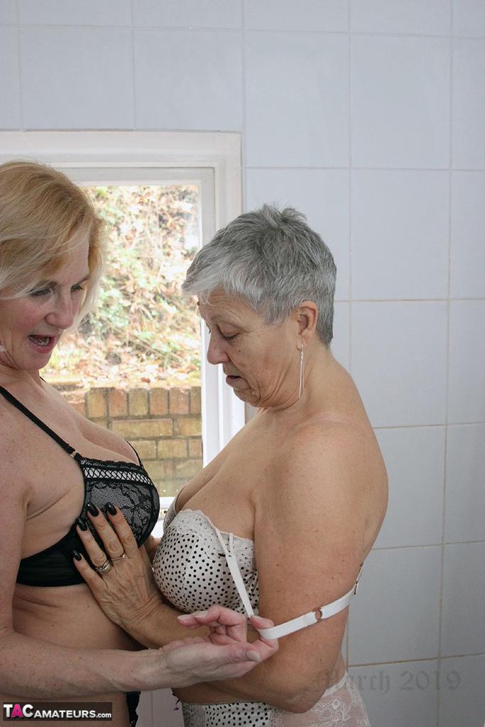 deux amatrices salle de bains