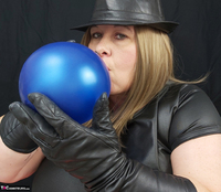 Mrs Leather. Balloon Play Free Pic 1