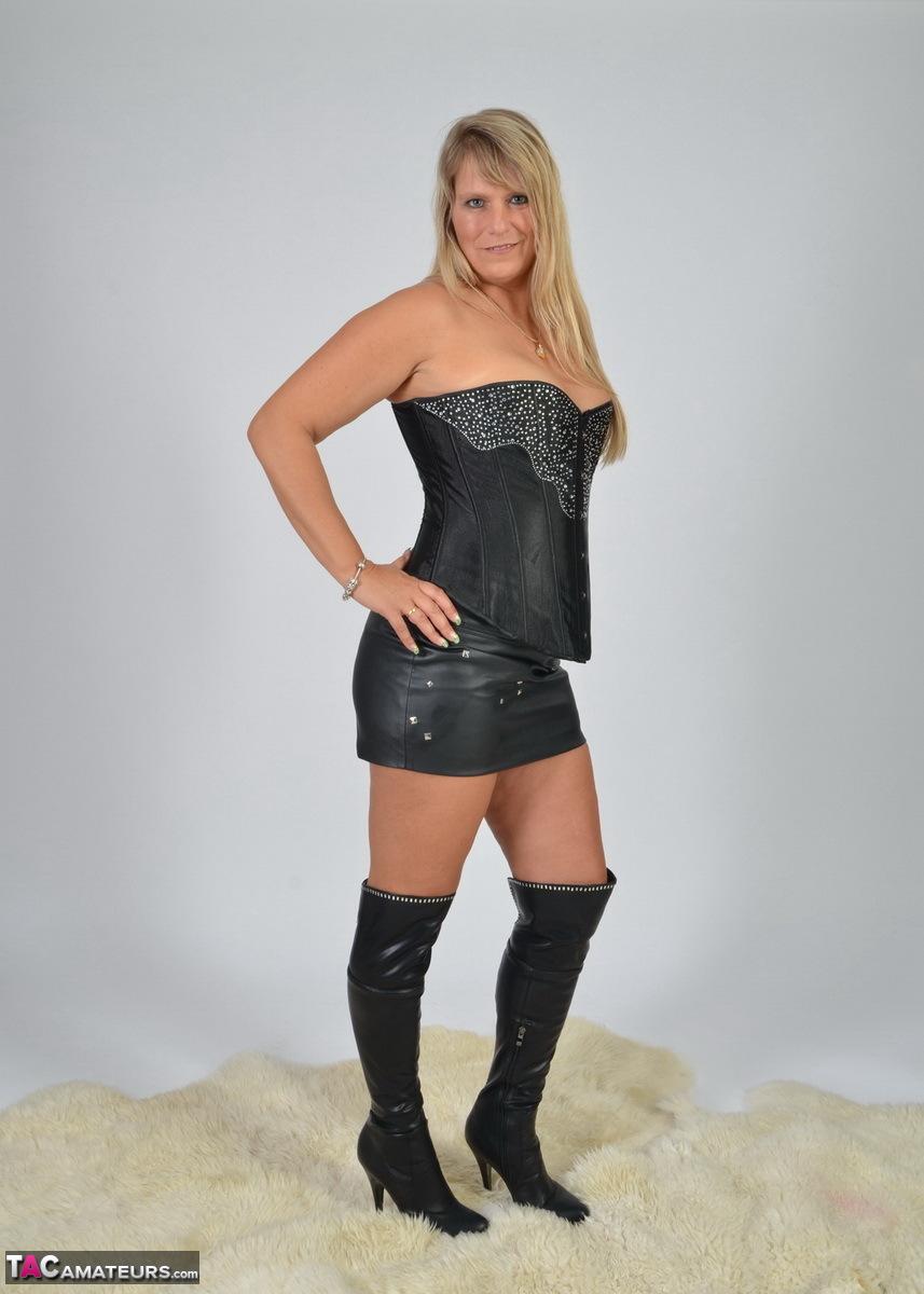 https://cdn-w.tacamateurs.com/tgps/0035/35248/my-black-corset/pic02.jpg