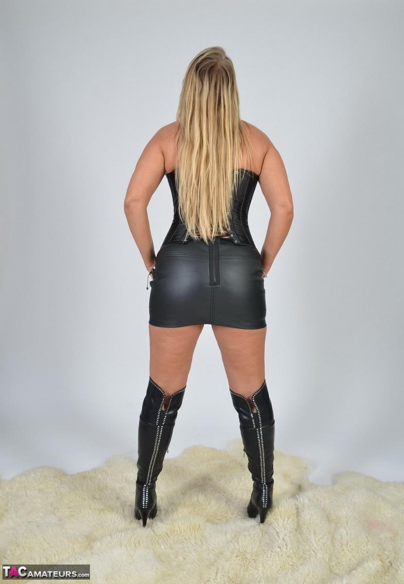 https://cdn-w.tacamateurs.com/tgps/0035/35248/my-black-corset/pic04.jpg