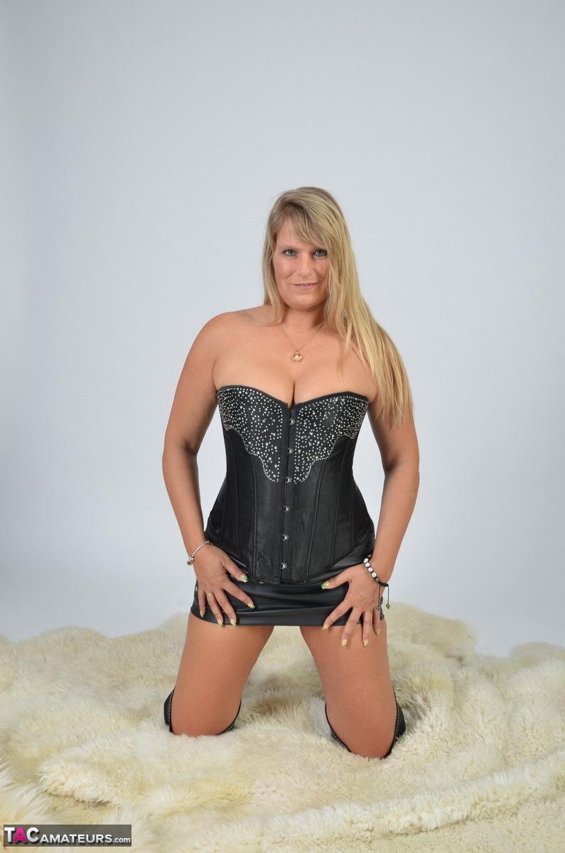 https://cdn-w.tacamateurs.com/tgps/0035/35248/my-black-corset/pic05.jpg