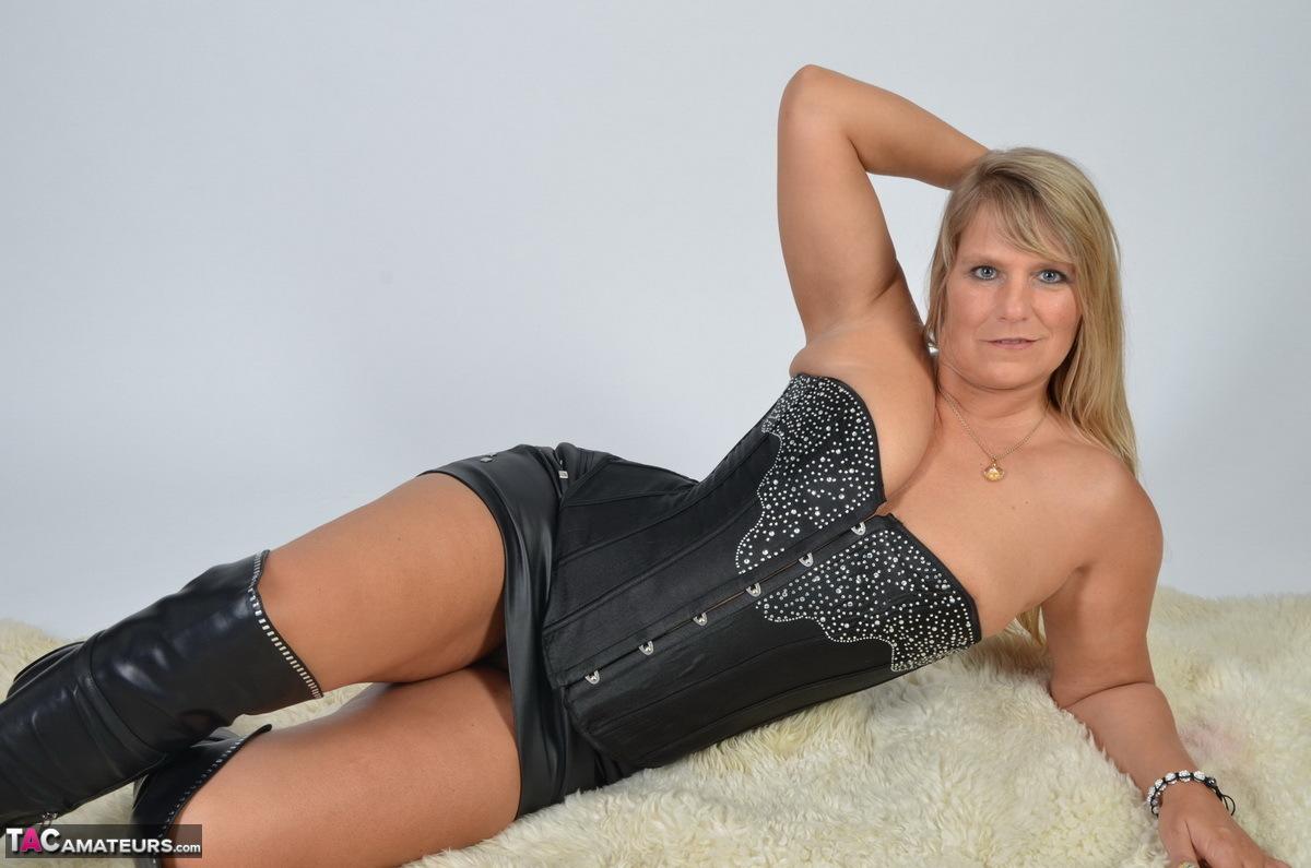 https://cdn-w.tacamateurs.com/tgps/0035/35248/my-black-corset/pic06.jpg