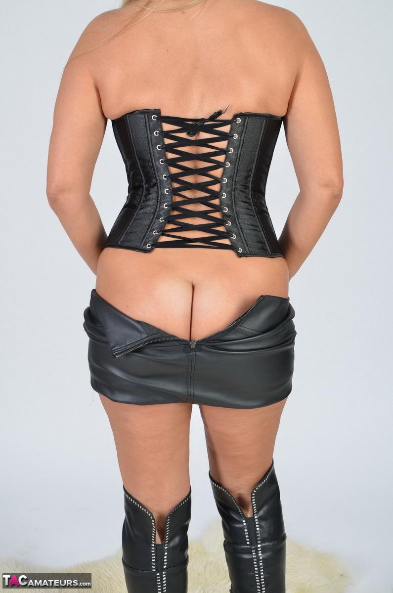 https://cdn-w.tacamateurs.com/tgps/0035/35248/my-black-corset/pic07.jpg