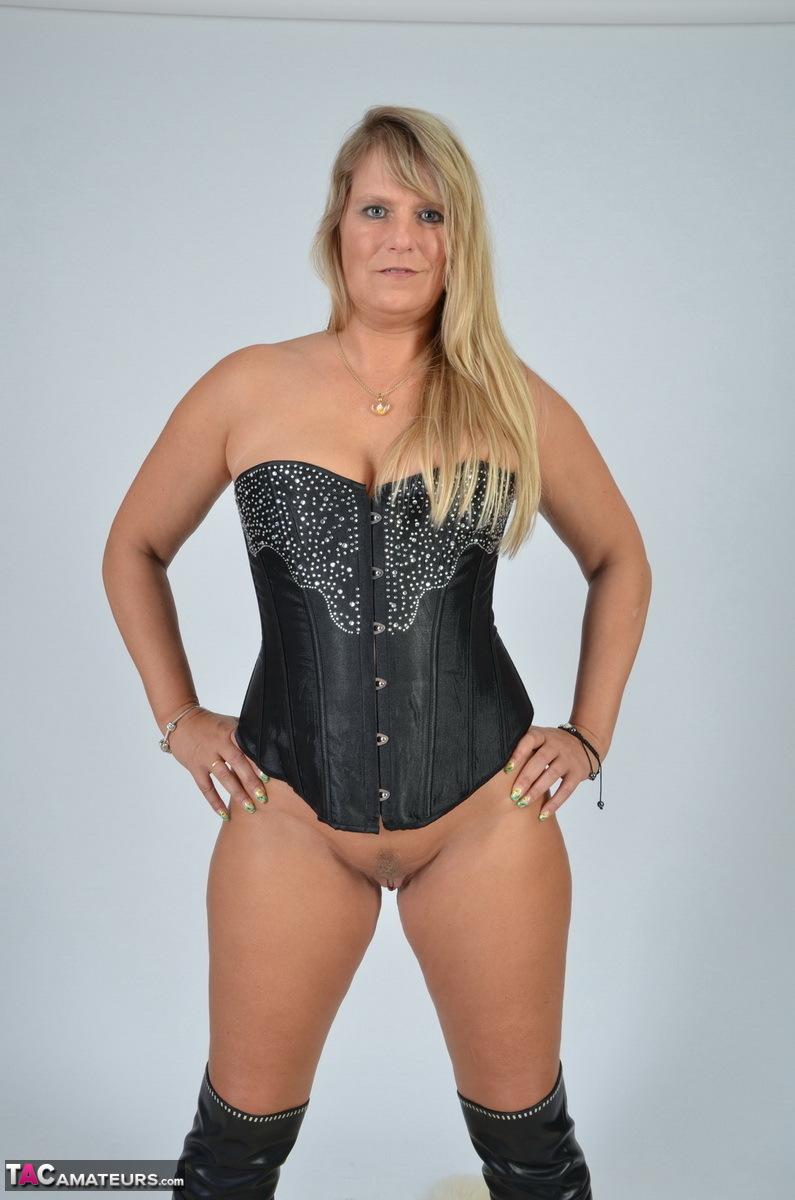 https://cdn-w.tacamateurs.com/tgps/0035/35248/my-black-corset/pic09.jpg
