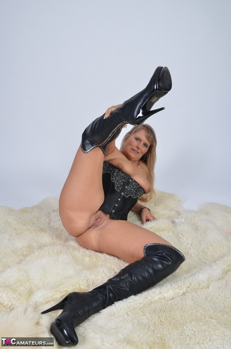 https://cdn-w.tacamateurs.com/tgps/0035/35248/my-black-corset/pic17.jpg