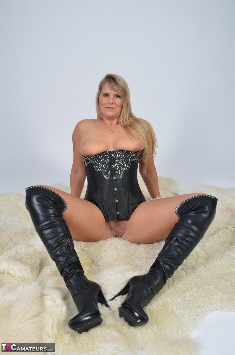 https://cdn-w.tacamateurs.com/tgps/0035/35248/my-black-corset/pic19.jpg