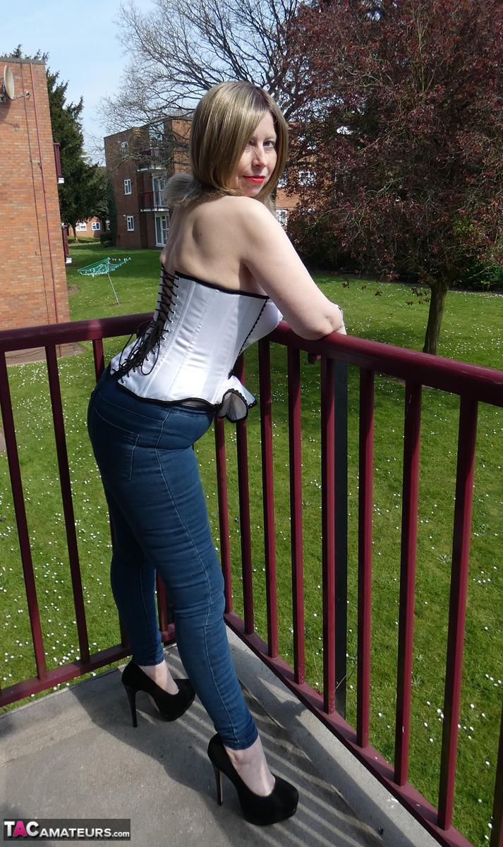 https://cdn-w.tacamateurs.com/tgps/0035/35537/thigh-boots-on-the-balcony/pic01.jpg