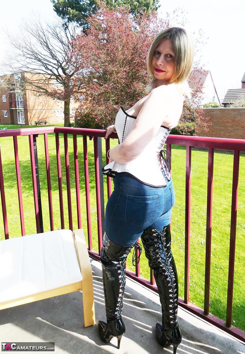 https://cdn-w.tacamateurs.com/tgps/0035/35537/thigh-boots-on-the-balcony/pic06.jpg