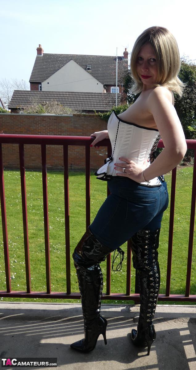https://cdn-w.tacamateurs.com/tgps/0035/35537/thigh-boots-on-the-balcony/pic09.jpg