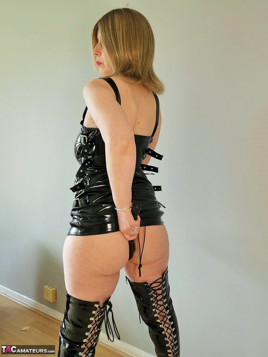 https://cdn-w.tacamateurs.com/tgps/0035/35696/slut-in-latex/pic15.jpg