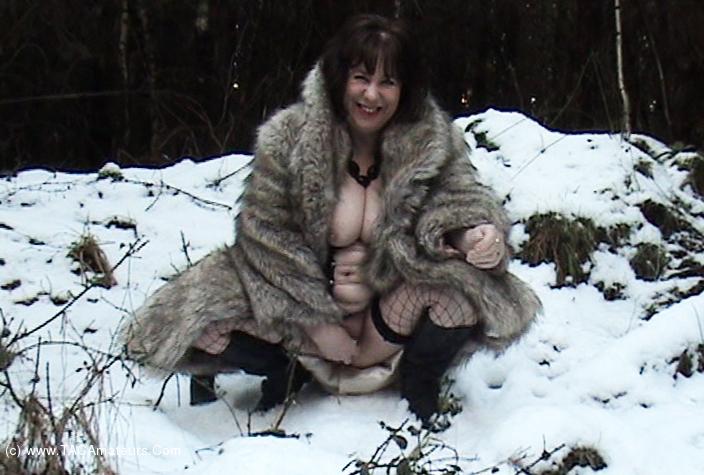 SpeedyBee - A Walk In The Snow Movie scene 0