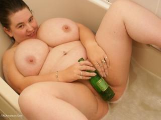 Sam32k - Sam cider bottle fuck in the bath Picture Gallery
