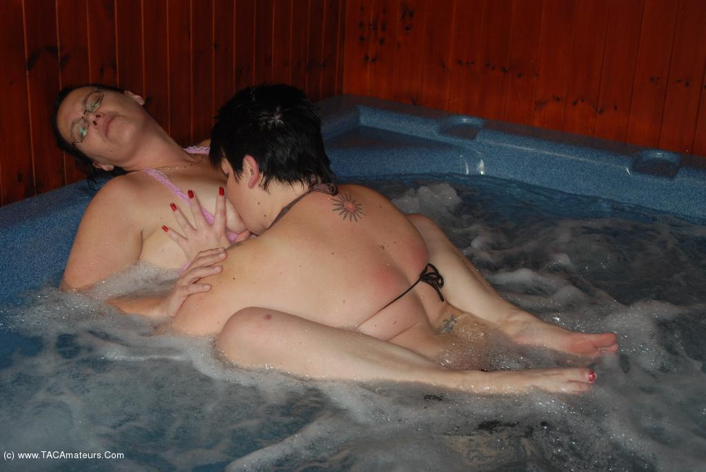 DoubleDee - Dee Fucks Rebel In The Jacuzzi Pt2 scene 3