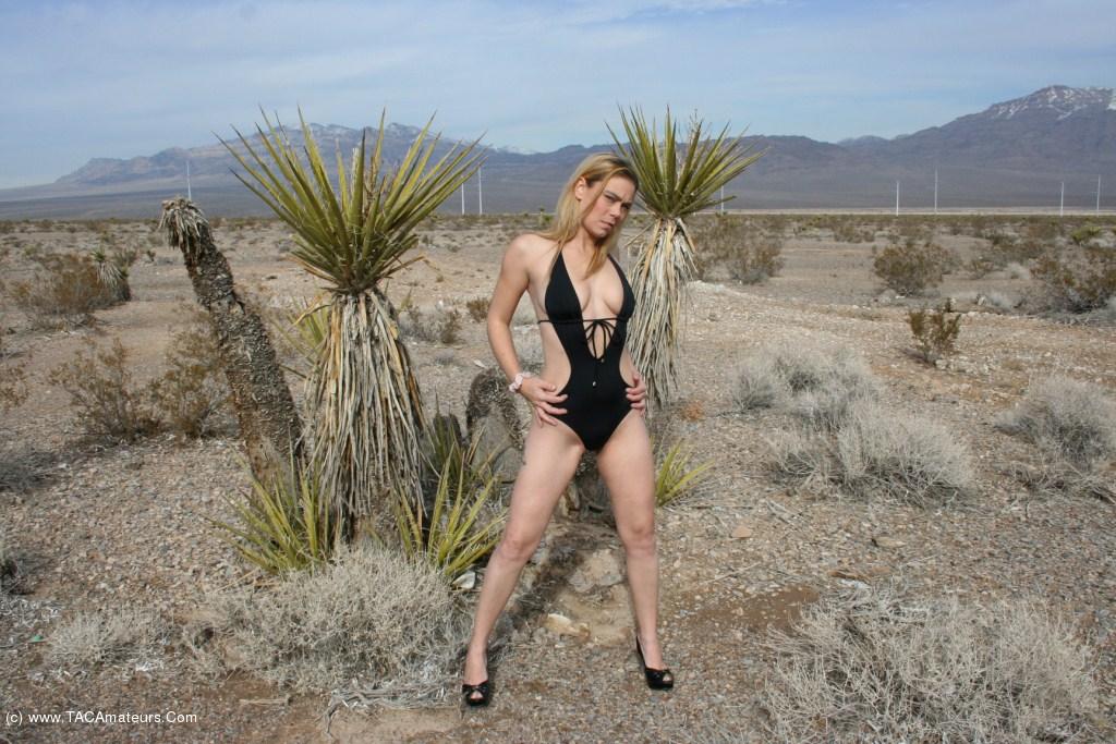 Naked girl in the desert, girls love vacuuming her body