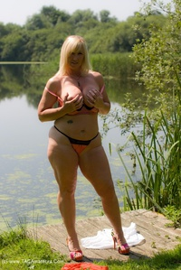melody - Peach By The Lake Free Pic 2