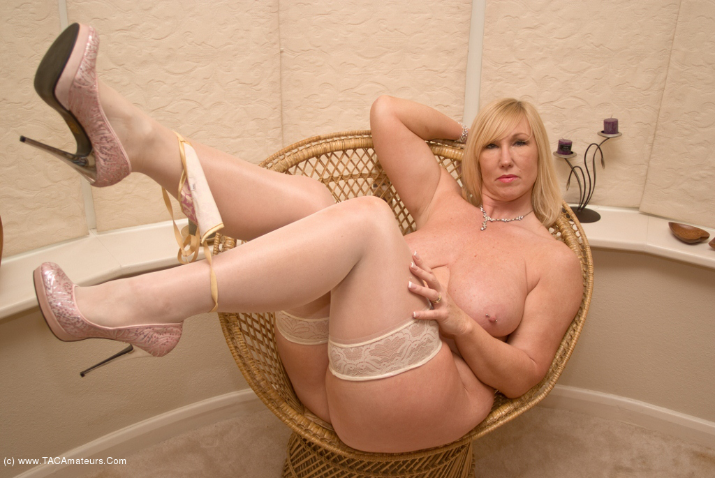 British milf tracey lain stretches her arse with a dildo 4